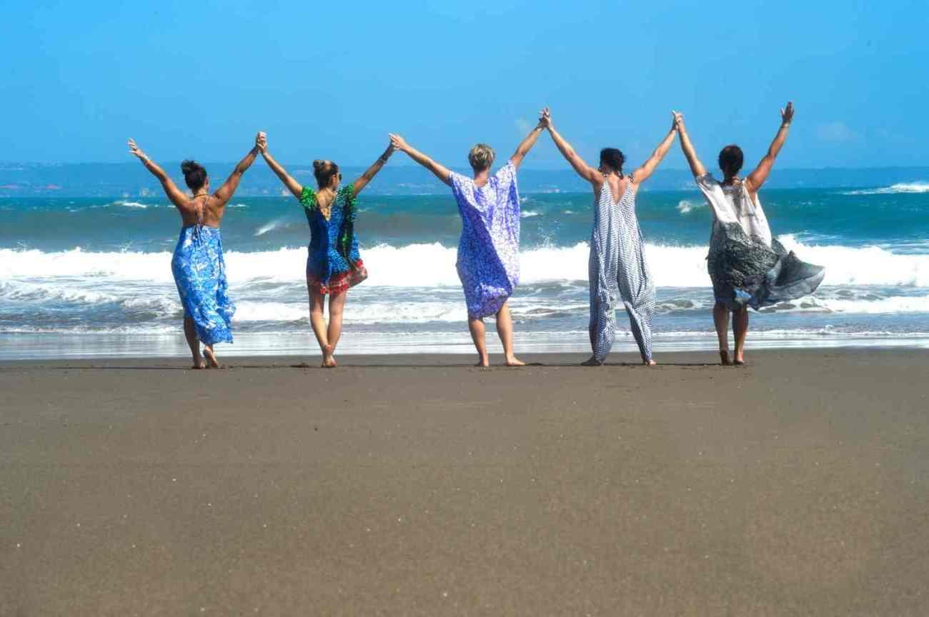 bliss_on_beach_5_women_behind_DSC_5640_p__lowres